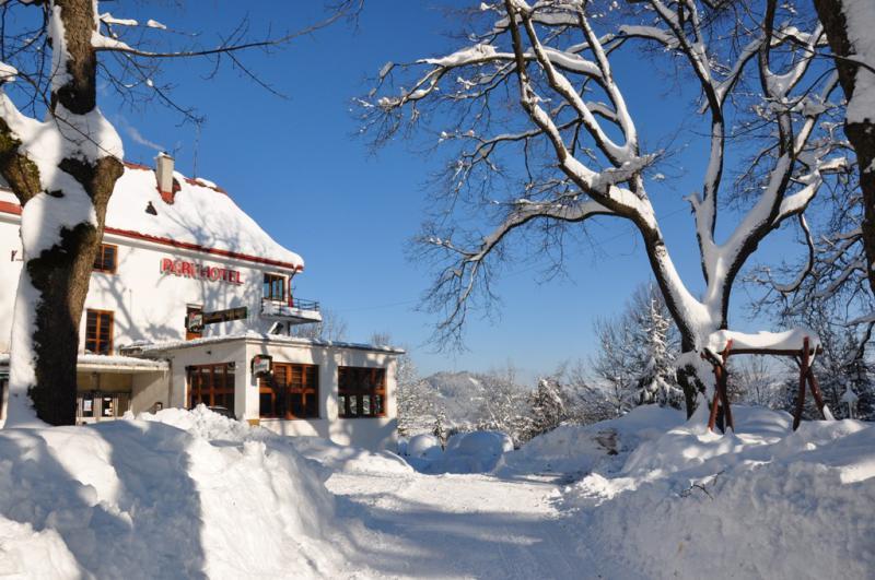Parkhotel - Smržovka v Jizerských horách, v pozadí skiareál Špičák