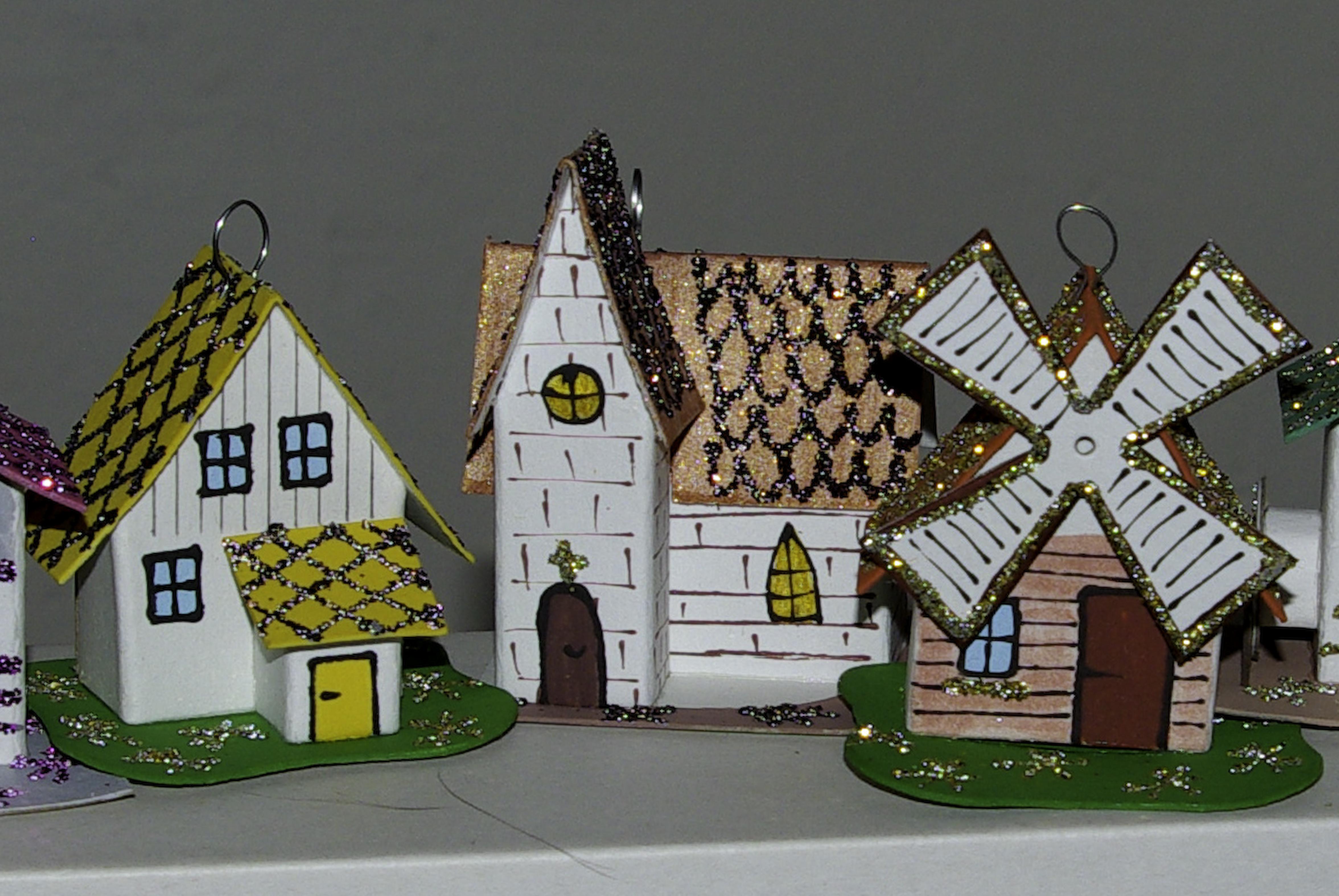 Zdobené papírové vánoční ozdoby